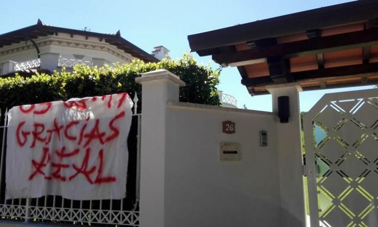 Juve, striscione sotto casa di Buffon: 'Gracias Real Madrid' FOTO