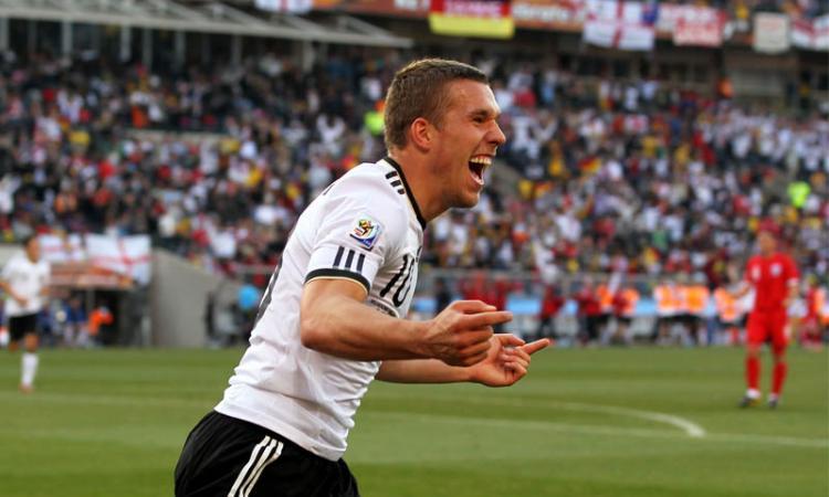Germania: Podolski butta giornalista in piscina VIDEO