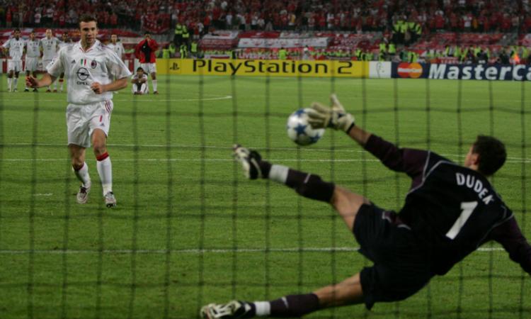 Milan, i tifosi del Liverpool ricordano Istanbul: 'Baciavano già la coppa' VIDEO