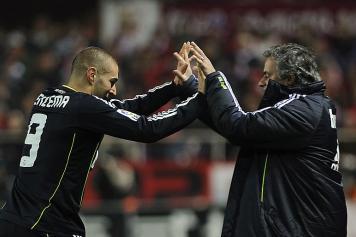 Benzema festeggia con Mourinho il gol del Real al Siviglia