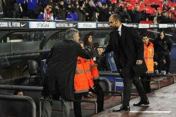 mourinho stringe la mano a guardiola in barcellona-real madrid novembre 2010