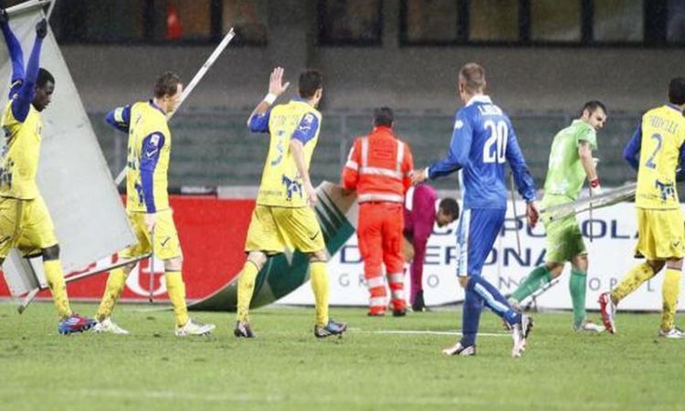 Chievo-Pescara: il maltempo fa volare i cartelloni in campo FOTOGALLERY