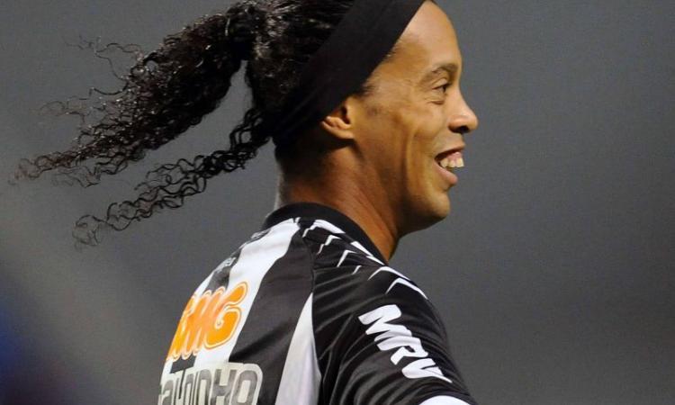 Brasile, Ronaldinho: doppia magia su punizione VIDEO