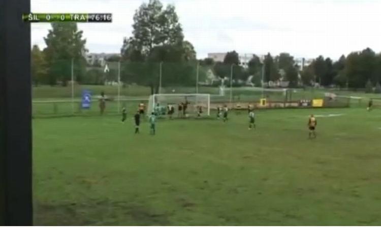 Pazzie in Lituania: segna un gol e poi si lancia nella pozzanghera e nuota VIDEO