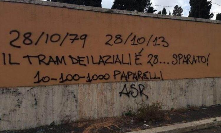 Al Verano scritta infame contro Paparelli: i barbari del calcio questa volta si travestono da romanisti