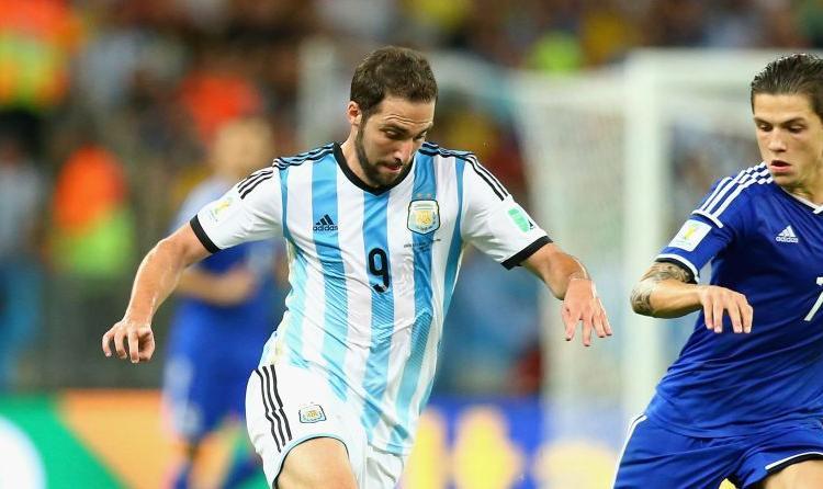 Napoli trema per Higuain: suo padre e Messi lo spingono al Barcellona