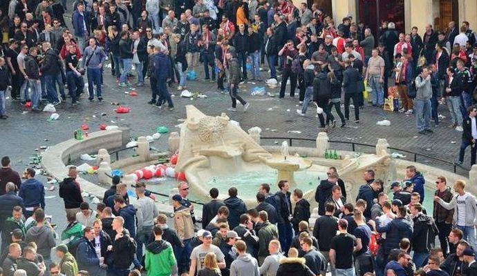 Dopo Roma, i tifosi del Feyenoord provocano: 'Ci sono fontane a Napoli?'