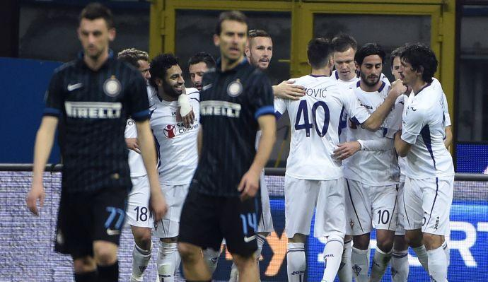 L'Inter cade sul più bello: la Fiorentina chiude in 9 ma vince con Neto e Salah
