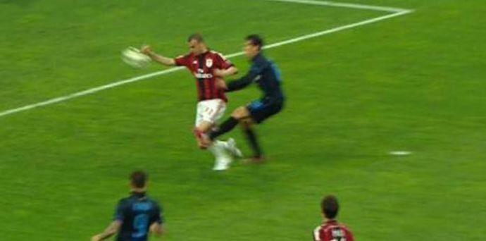 Inter-Milan: mani di Antonelli su tiro di Hernanes. Era rigore?