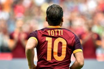 a24a412a8 Roma has decided  they will not retire the  10 jersey. Totti Roma spalle
