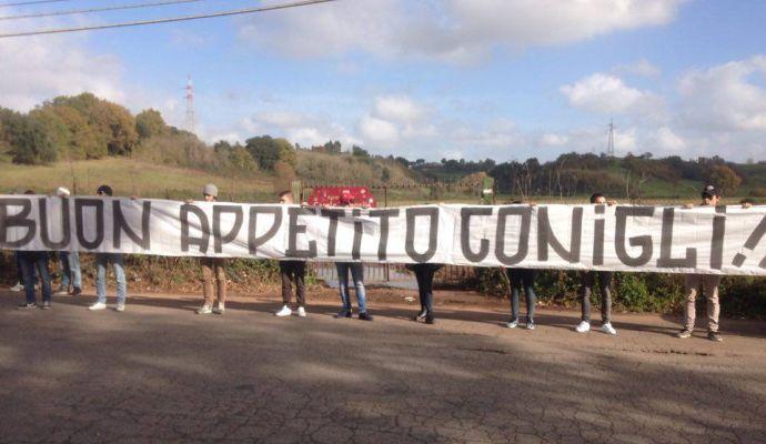 Roma, contestazione a Trigoria con 50 kg di carote: 'Buon appetito conigli'