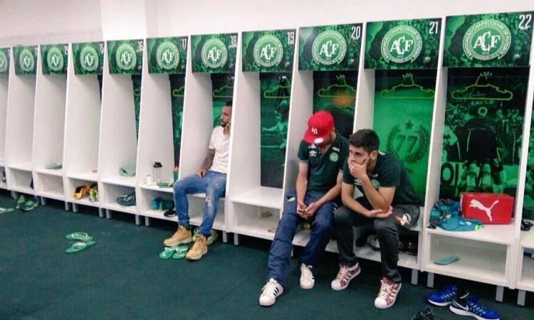 Cade l'aereo del #Chapecoense: 71 morti. I rivali: 'Coppa a loro'. Salvezza per tre anni e prestiti da tutto il Brasile