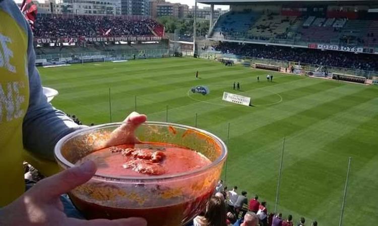 Foggia-Lecce, una domenica spettacolare: dall'eurogol di Coletti al tifoso con la braciola allo stadio VIDEO