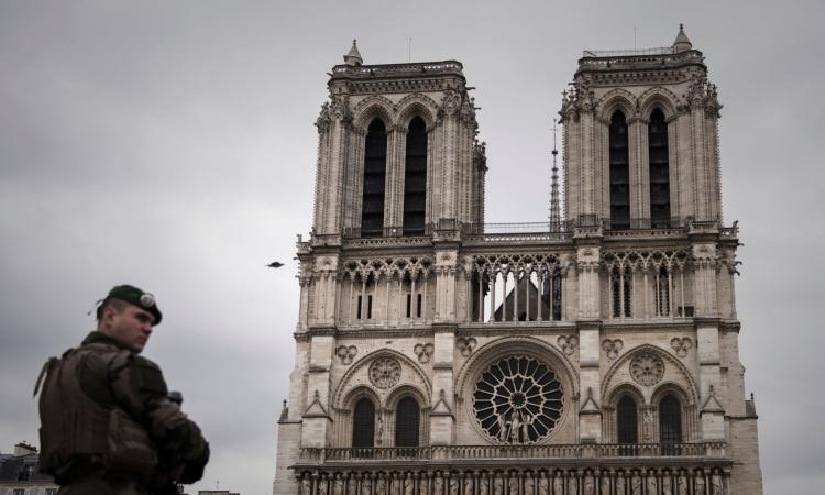 Terrore a Parigi: ucciso un poliziotto sugli Champs-Elysées, due feriti. Morto l'attentatore, rivendica l'Isis