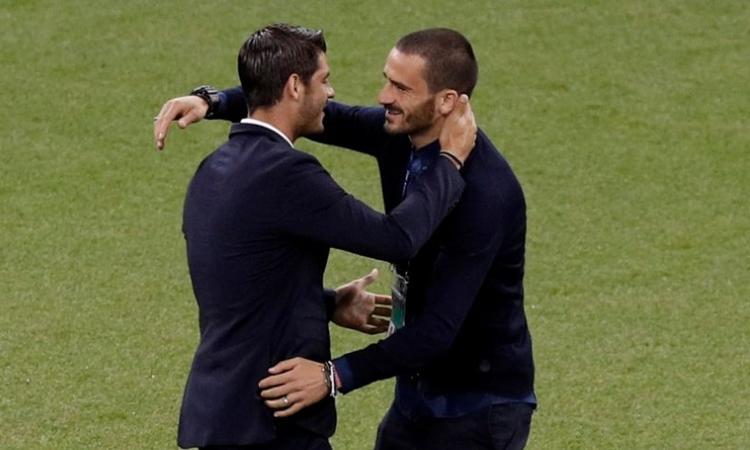 Juve, Morata saluta i vecchi compagni: che abbraccio con Bonucci! FOTO