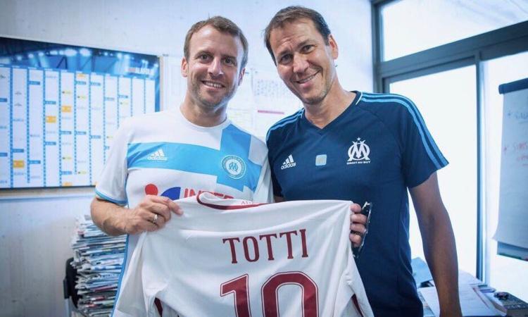 Macron visita il Marsiglia, Garcia gli regala la maglietta... di Totti!