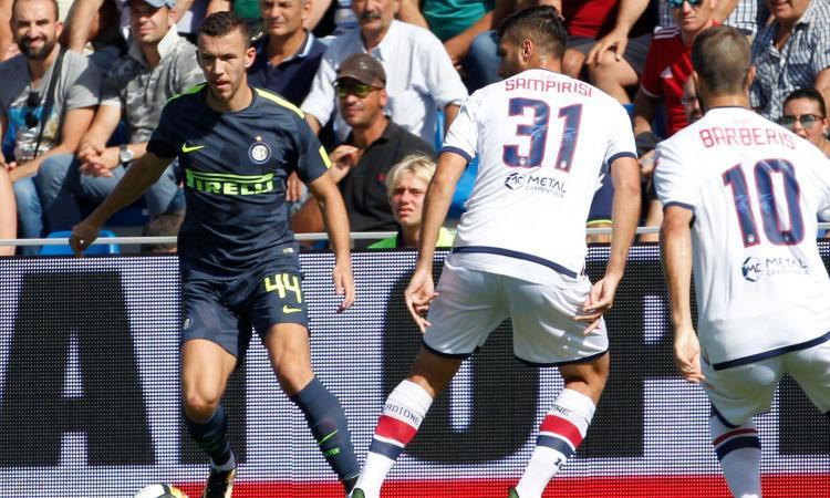 L'Inter soffre, ma vince: 2-0 a Crotone ed è prima da sola VIDEO
