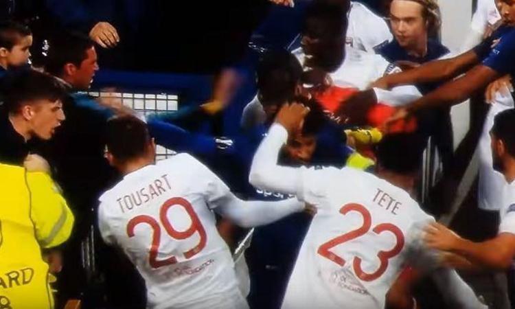 Follia in Everton-Lione: col figlio in braccio colpisce Lopes FOTO e VIDEO