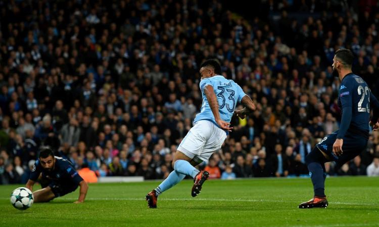 Il Napoli gioca solo un tempo e spreca un rigore: il Manchester City vince 2-1