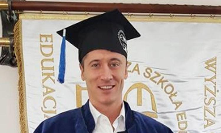 Lewandowski diventa dottore: si è laureato con una tesi su sè stesso FOTO