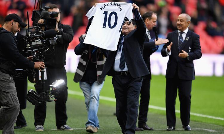 Tottenham, Maradona 'soffia' la dieci a Kane FOTO