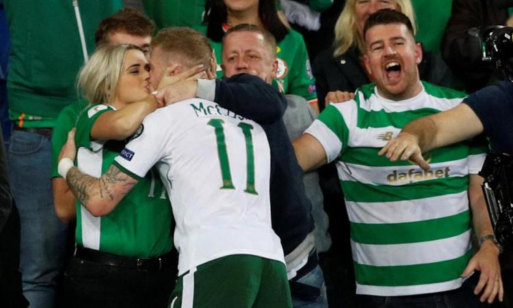 Irlanda, McClean festeggia il playoff Mondiale con un bacio FOTO