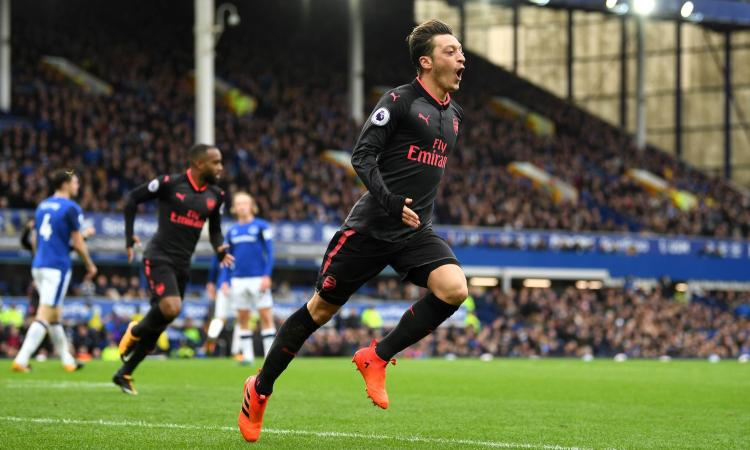 Arsenal, per Ozil è lotta a tre