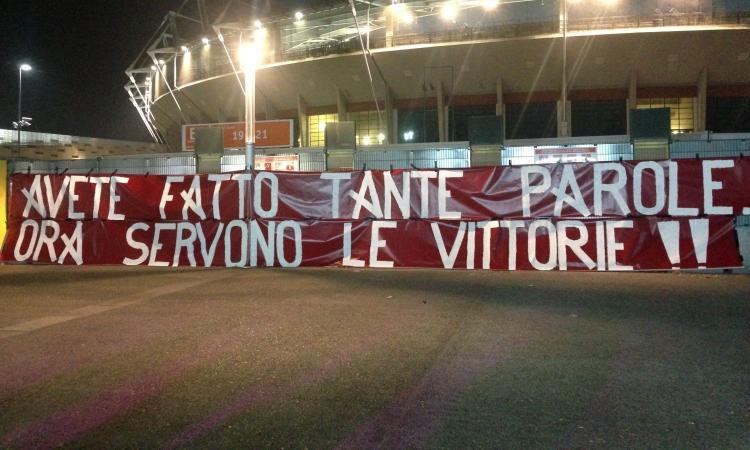 Torino, la protesta dei tifosi prima della partita con il Cagliari: 'Fuori le palle'