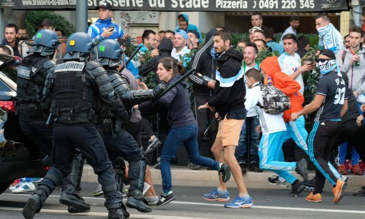 Arriva il PSG, Marsiglia diventa un campo di battaglia: scontri tra tifosi e polizia FOTO
