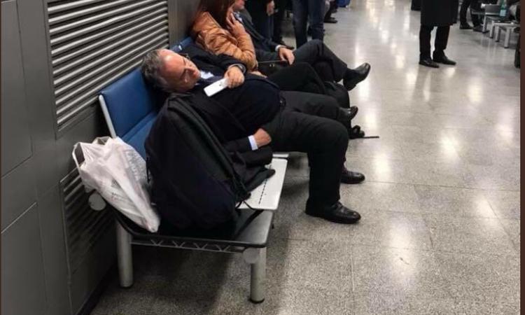 Distrutto da Lazio, Lega e polemiche: Lotito crolla a Linate FOTO