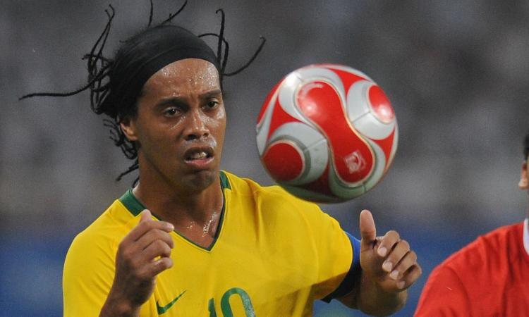 Ronaldinho si dà al Teqball VIDEO