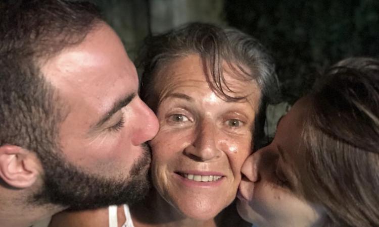 Juve, Higuain e la FOTO con le sue donne: la citazione...