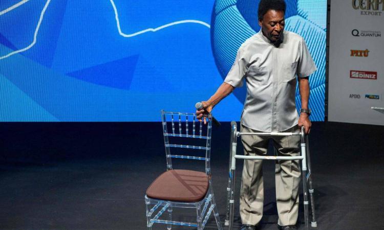 Pelé scherza col deambulatore: 'Se Dio mi dà scarpe nuove, perché non mostrarle?' FOTO