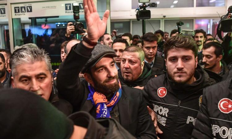 Arda Turan nel caos: ci prova con la moglie di un cantante turco e finisce in rissa spaccandogli il naso