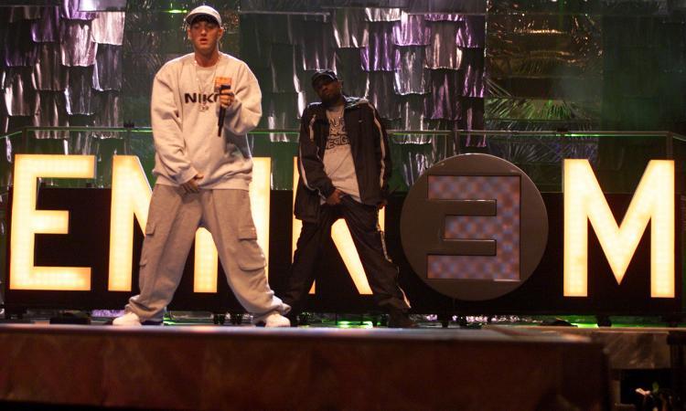 Eminem in Italia dopo il dito medio a Sanremo, Guccini incorona Fabri Fibra