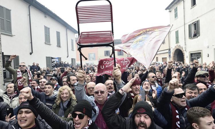 Il funerale di Mondonico: il saluto con la sedia alzata, le note di 'Io vagabondo'