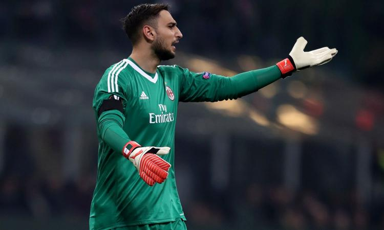 Milan, Donnarumma lancia i guanti ai tifosi