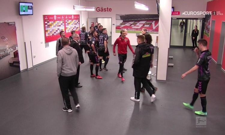 Germania, clamoroso in Mainz-Friburgo: Var a fine primo tempo e rigore coi giocatori negli spogliatoi VIDEO