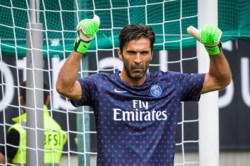 Buffon concentrato PSG guanti verdi