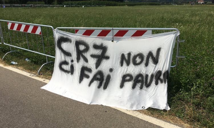 Inter, striscione dei tifosi fuori dalla Pinetina: 'CR7 non ci fai paura' FOTO