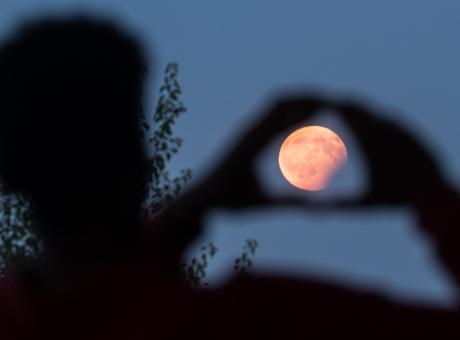 La luna rossa non eclissa i problemi del mondo, per fortuna torna il calcio in tv