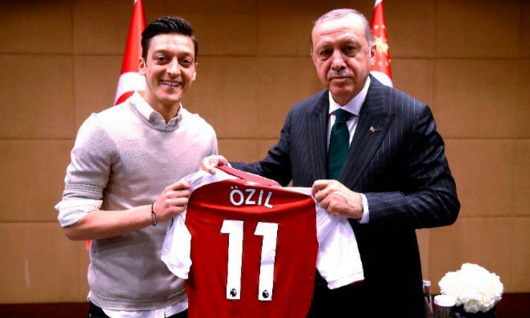 Ozil si è sposato: Erdogan testimone VIDEO