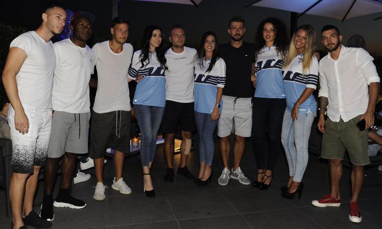 Lazio, presentate le nuove maglie, Acerbi: 'Onorato di essere qui'