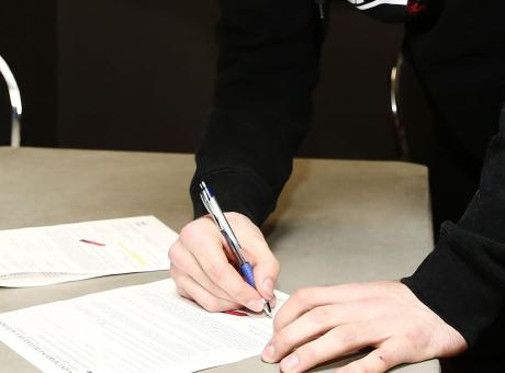 'Mio figlio vincolato fino a 25 anni con una firma: un sequestro di persona!'