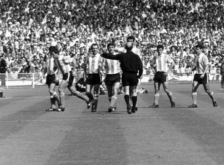 1966, Inghilterra-Argentina: 10 minuti di pura follia, e Rattin passa alla storia