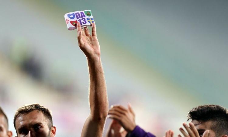 Multano chi porta la fascia per Astori e fanno esporre alla Juve 2 scudetti in più: è un calcio senza anima e pudore