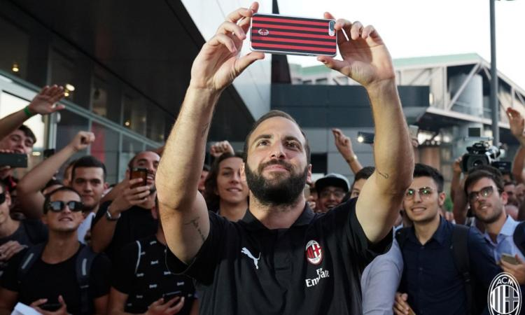 Milan, entusiasmo per Higuain in sede: il SELFIE coi tifosi