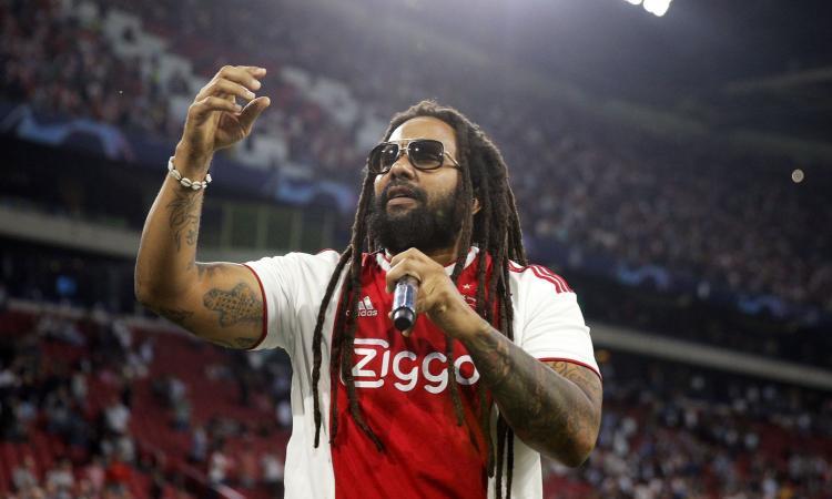 Spettacolo alla Johan Cruyff Arena: il figlio di Bob Marley canta 'Three Little Birds' con i tifosi dell'Ajax VIDEO