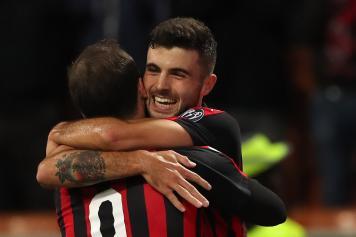 Cutrone Higuain Milan abbraccio