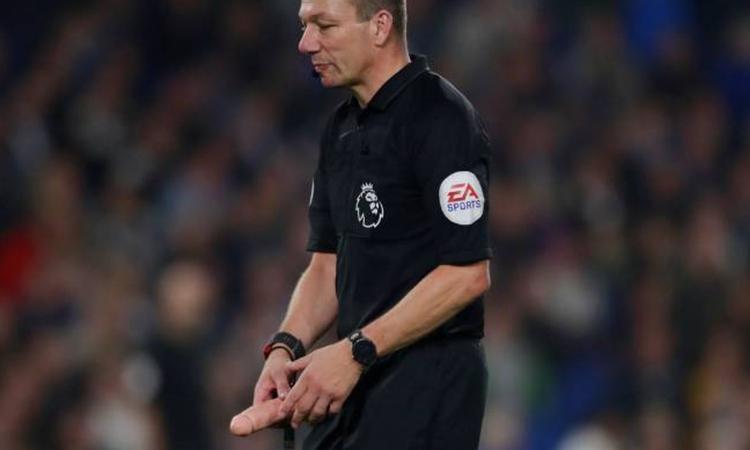 Momenti Di Gioia: tifosi del West Ham lanciano un dildo in campo, l'arbitro...